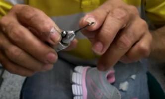 El profe Ruiz muestra como coser suelas desde Colombia